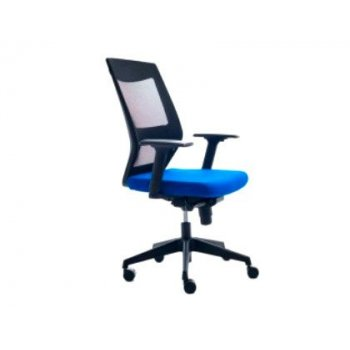 Silla rocada de oficina con brazos tapizada en tela ignifuga azul y respaldo en polimero negro